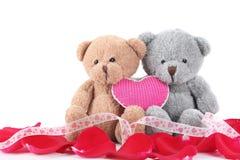 Ours fabriqué à la main de jouet avec le pétale rose Photographie stock