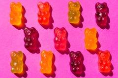 Ours gommeux de gelée de sucrerie, sur un fond rose photo libre de droits