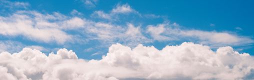 Ours gonflé blanc panoramique de nuages de ciel bleu de bannière pour le web design image stock
