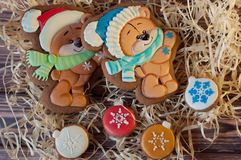 Ours mignons dessinés sur le pain d'épice de Noël s'étendant avec des biscuits de miel dans la forme des boules sur la table en b Images stock