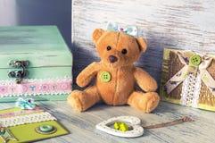 Ours mol de jouet avec un coeur et des cartes faites maison La vie toujours avec des jouets Photo libre de droits