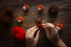Ours sec de feutrage avec le coeur avec l'artisan de mains photo stock
