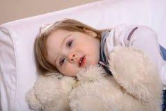 Ours Snuggling de jouet de fille d'enfant en bas âge Photo libre de droits