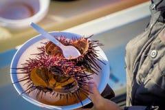 Oursins d'ouverture sur le boatside Photo stock
