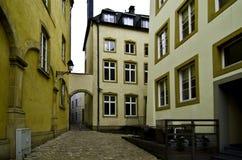 Ourtyard del ¡de Ð entre edificios amarillos Fotografía de archivo