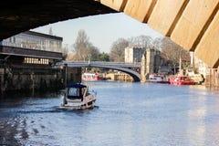 Ouse flod med det gående fartyget och flodstranden i York, Storbritannien i solig vinterdag arkivbilder