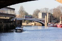 Ouse flod med det gående fartyget och flodstranden i York, Storbritannien i solig vinterdag arkivbild