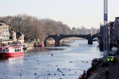 Ouse flod och flodstrand i York, Storbritannien i solig vinterdag royaltyfri bild