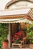 Ouside意大利餐馆在比萨 免版税库存图片