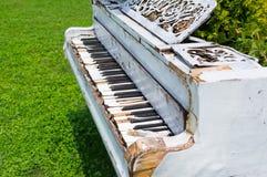 Ouside abandonné vieux par piano Image libre de droits