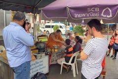 Ouside de personnes de bénédiction de moine bouddhiste un certain temple bouddhiste, Thaïlande photo stock