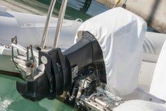 Outboard silnik z pokrywą Zdjęcie Royalty Free