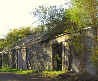 Outbuildings, εγκαταλελειμμένος, που παραμελούνται, καταστροφές στοκ εικόνες