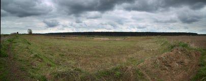 Outcrop perto de Hohendorf em Meclemburgo-Pomerania com um céu nebuloso fotos de stock royalty free