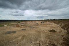 Outcrop perto de Hohendorf em Meclemburgo-Pomerania com um céu nebuloso imagens de stock royalty free