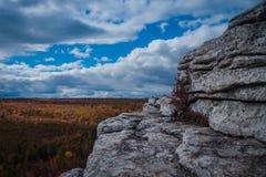 Outcropping bianco del granito alla prerogativa del punto di Sam Fotografie Stock