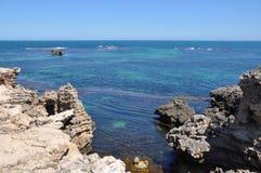 Outcropping ed Oceano Indiano del calcare: Capo Peron Immagini Stock