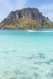 Outcropping et hors-bord près d'île de baquet Image stock