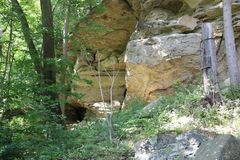 Outcropping van rots in Meadowcroft Rockshelter Royalty-vrije Stock Foto's