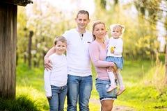 Outd heureux d'après-midi de ressort de dépense de famille de quatre membres ensemble Images libres de droits