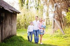 Outd heureux d'après-midi de ressort de dépense de famille de quatre membres ensemble Image stock