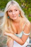 Outdoo louro bonito encantador da mulher Fotos de Stock Royalty Free