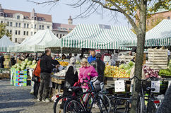 Outdoor farmers market, people buying food Royalty Free Stock Photography