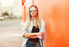 Outdoor fashion portrait of stylish woman in sunglasses Royalty Free Stock Images