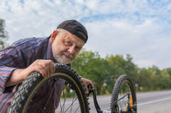 Outdoor portrait of senior bicycle mechanic Royalty Free Stock Photos