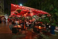 Free Outdoor Restaurant On Lincoln Road Mall In Miami Beach, Florida At Night. Stock Photography - 173674372