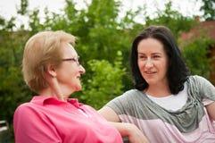 outdoors говоря женщины Стоковая Фотография RF