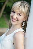 outdoors детеныши женщины smiley Стоковое Изображение