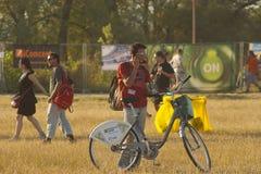 outdoors детеныши людей ослабляя стоковая фотография rf
