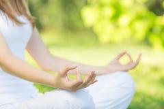 outdoors йога Женщина размышляя в положении лотоса Концепция его Стоковые Фотографии RF