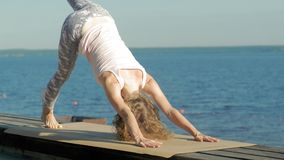 Outdoors йоги молодой женщины практикуя летом o сток-видео