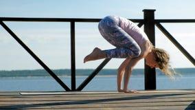 Outdoors йоги молодой женщины практикуя летом o акции видеоматериалы