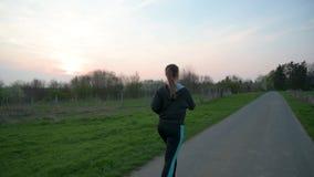 Outdoors милой молодой женщины jogging видеоматериал