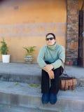 outdoors ослабляя женщина Стоковые Фото