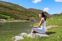 outdoors ослабьте йогу Стоковые Фотографии RF