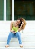 outdoors ослабляя детеныши женщины Стоковое Изображение