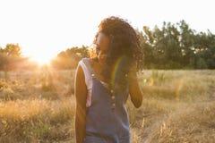 Outdoors портрета красивого молодого афро американского smili женщины Стоковое Изображение
