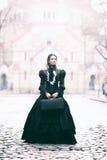 Outdoors портрет викторианской дамы в черноте Стоковые Изображения