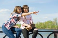 Outdoors портрет женских друзей работая и идя снаружи совместно Стоковое Изображение RF