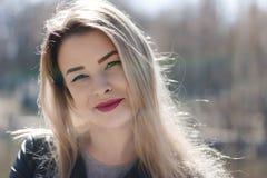 Outdoors портрет красивейшей молодой девушки брюнет Усмехаться женщины счастливый на солнечное лето или весенний день снаружи на  стоковое изображение rf