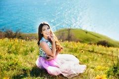 Outdoors портрет красивейшей молодой девушки брюнет стоковая фотография