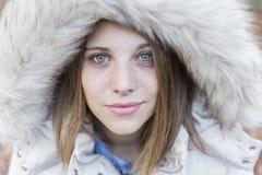 Outdoors портрет красивой молодой женщины смотря пришел Стоковые Фото