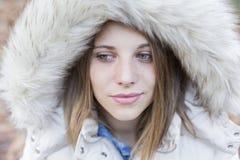 Outdoors портрет красивой молодой женщины смотря пришел Стоковое Фото