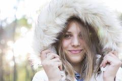 Outdoors портрет красивой молодой женщины смотря пришел Стоковые Изображения