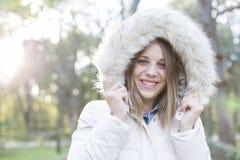 Outdoors портрет красивой молодой женщины смотря пришел Стоковое Изображение