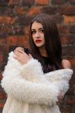 Outdoors портрет красивой молодой женщины с большими глазами и красным цветом Стоковые Фотографии RF